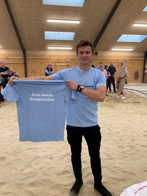 Magnus-med-t-shirt